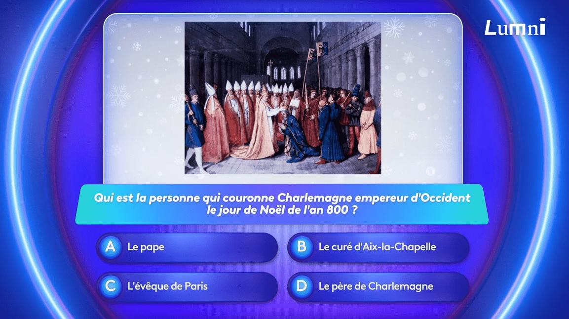 un tableau du couronnement de Charlemagne celui-ci est agenouillé se fait couronner...